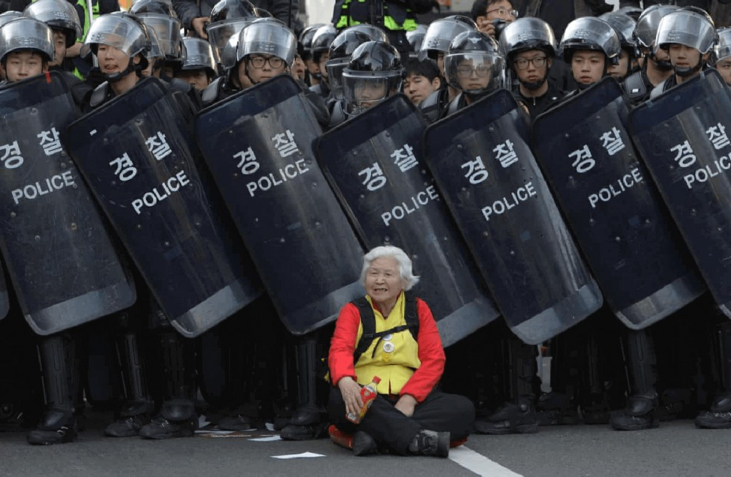 old-woman-seoul-south-korea-best-protest-photos